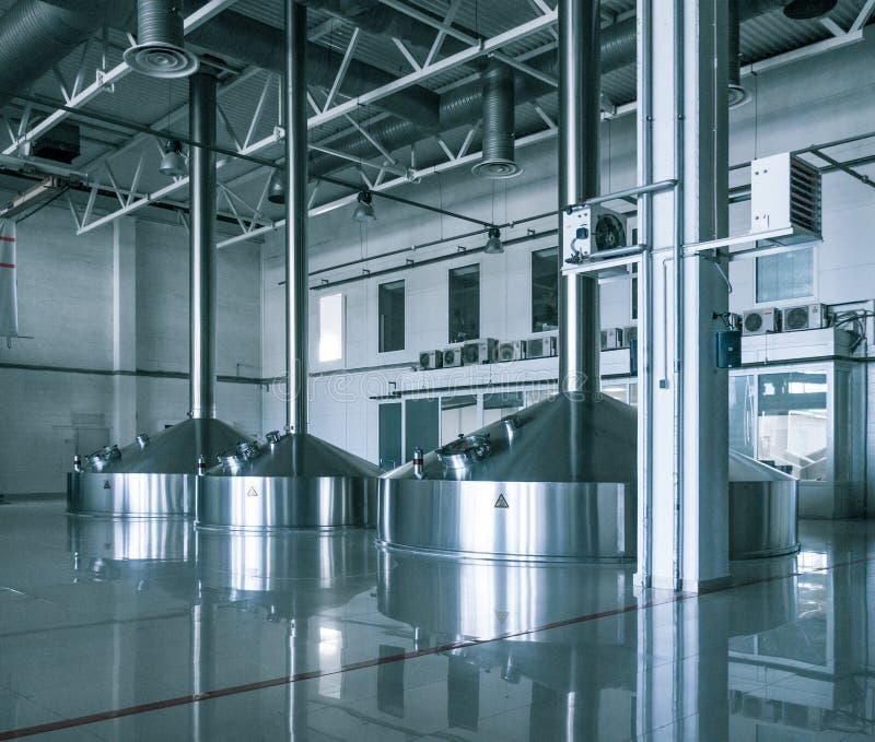 L'interno moderno dei tini di una poltiglia della fabbrica di birra metal i contenitori immagini stock libere da diritti