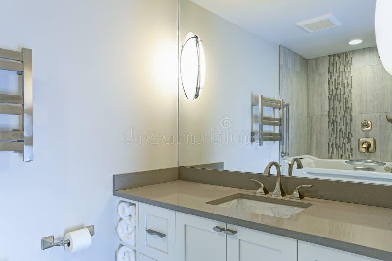 L'interno moderno del bagno si vanta il lavandino del sotto-contatore della stampa del cinese fotografie stock