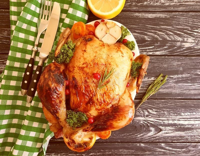 L'intero pollo fritto ha lustrato la cena pronta e saporita cucinata su fondo di legno immagine stock