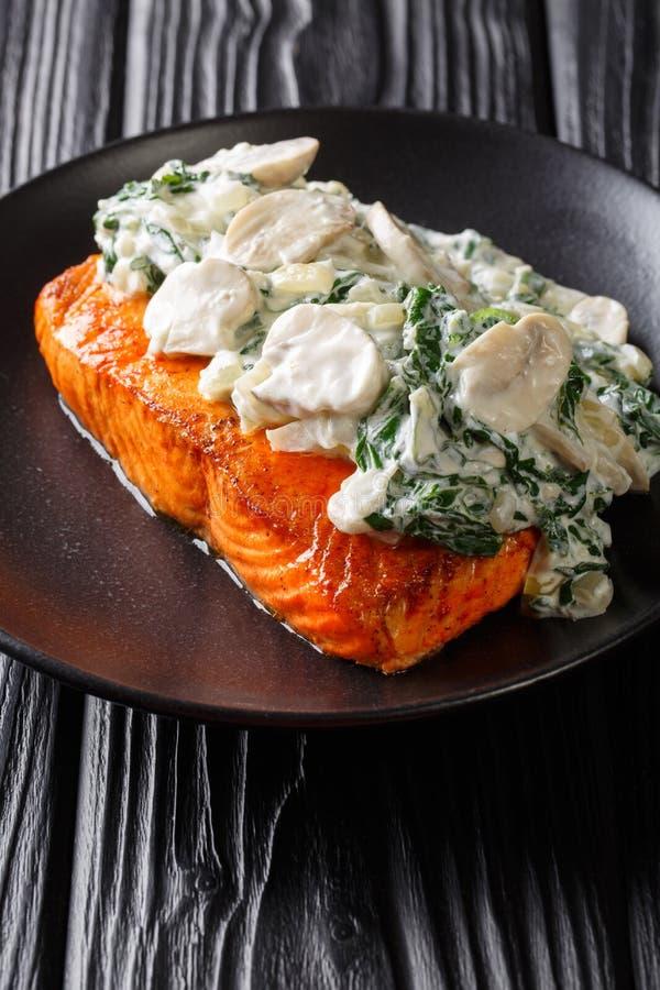 L'intero raccordo di color salmone è cotto alla perfezione, quindi ha finito con una guarnizione della fine degli spinaci, dei fu fotografie stock