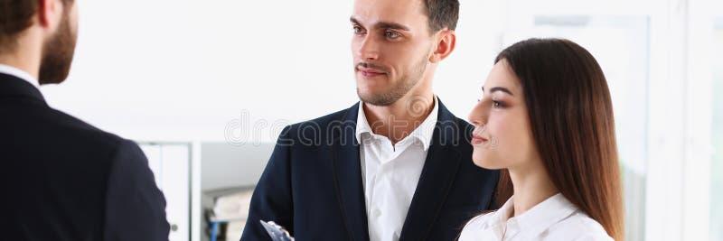 L'interprète de service d'escorte travaille avec la transaction images libres de droits
