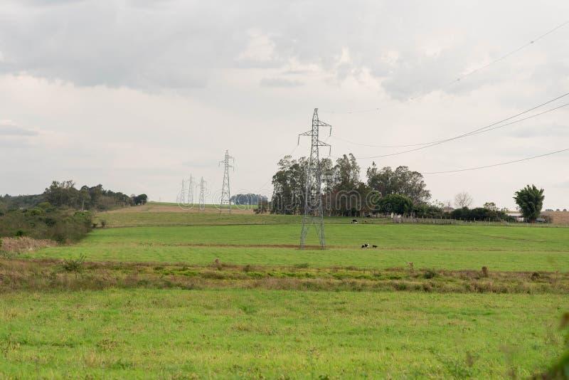 L'invasione straniera delle torri del trasporto di energia fotografia stock