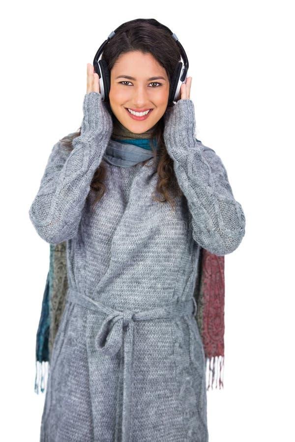 L'inverno d'uso del bello modello allegro copre ascoltare il mus immagini stock libere da diritti