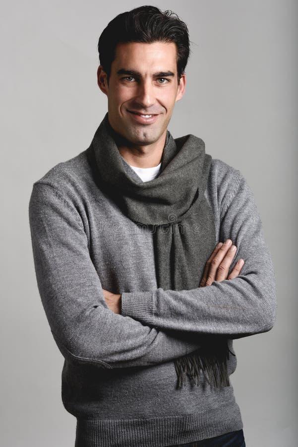 L'inverno d'uso dell'uomo bello copre su fondo bianco fotografie stock libere da diritti
