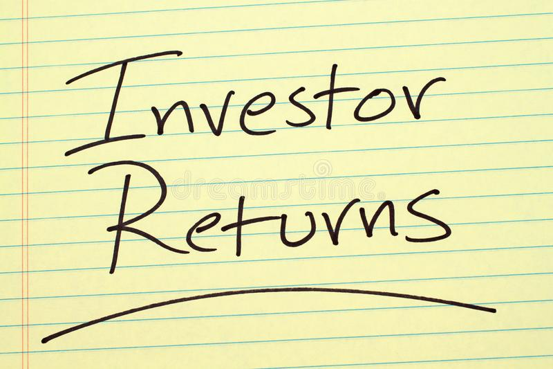 L'investitore ritorna su un blocco note giallo fotografie stock libere da diritti
