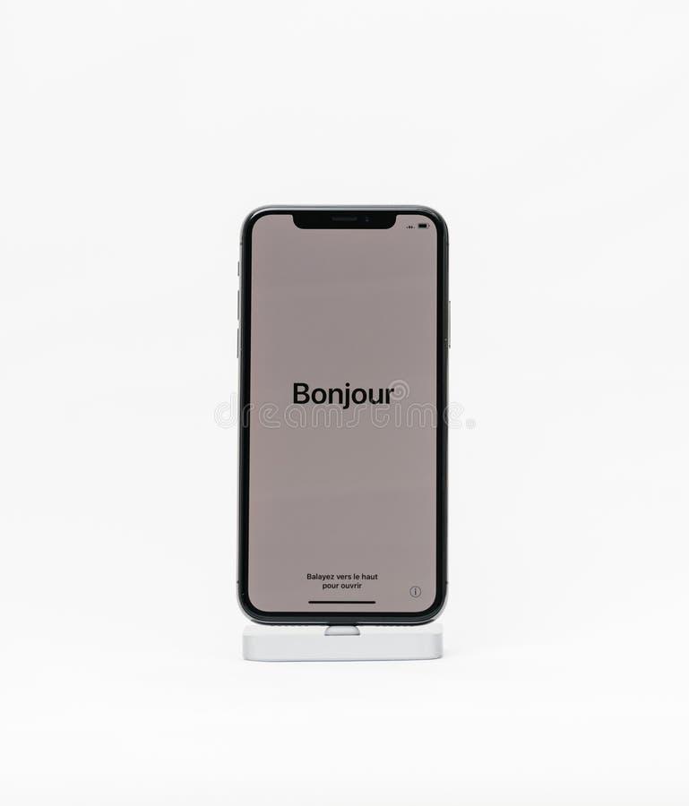 L'iPhone X d'Apple a isolé le fond blanc avec bonjour le mot dans Fren image stock