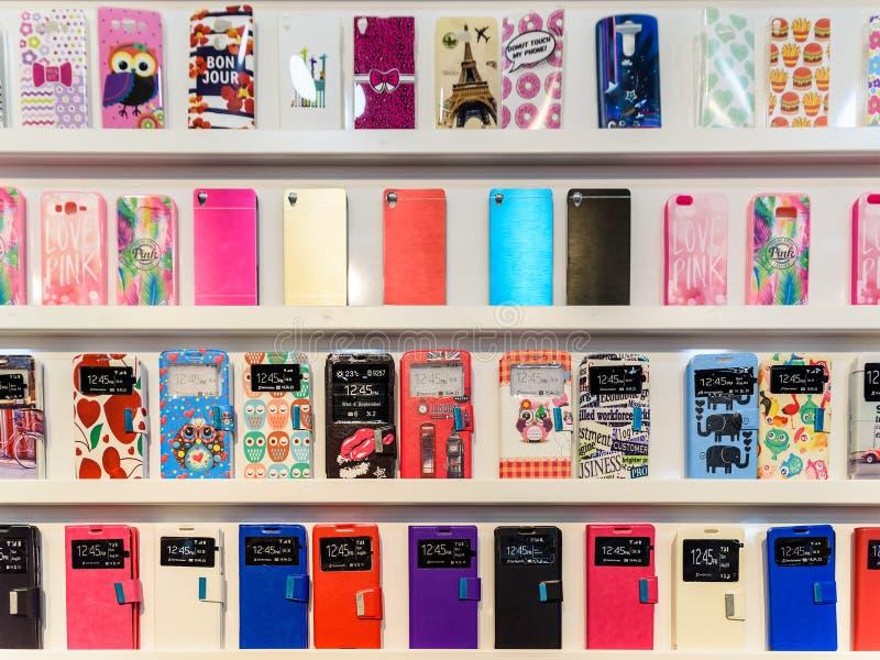 L'iPhone et le Samsung colorés téléphonent des points de droit à vendre dans des magasins de téléphones portables photographie stock libre de droits