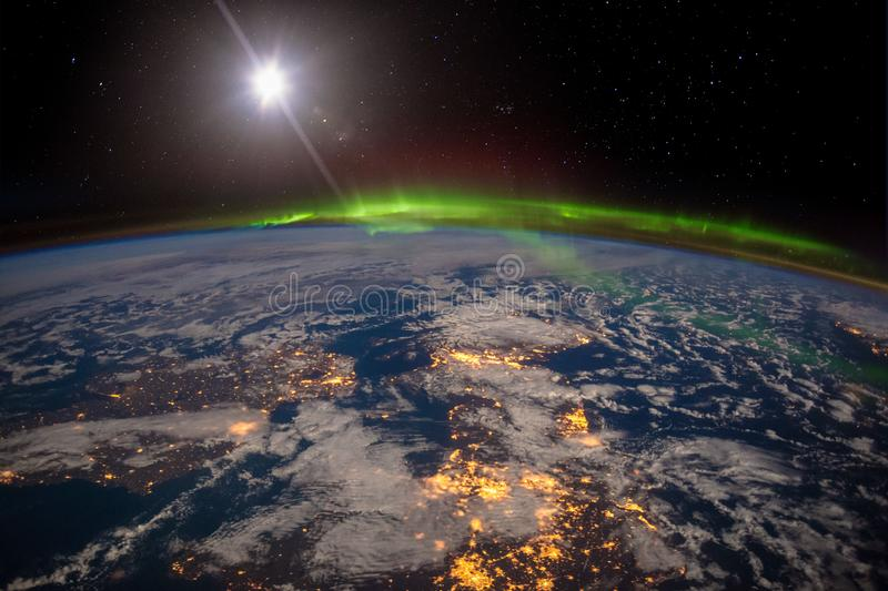L'Irlanda, il Regno Unito e la Scandinavia su una notte illuminata dalla luna nell'ambito di un'aurora stupefacente immagini stock libere da diritti