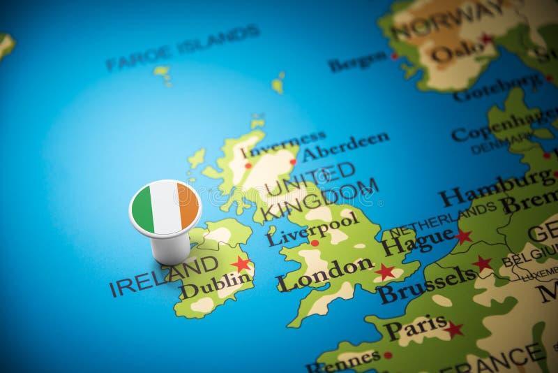 L'Irlande a identifié par un drapeau sur la carte photo stock