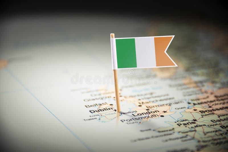 L'Irlande a identifié par un drapeau sur la carte images stock