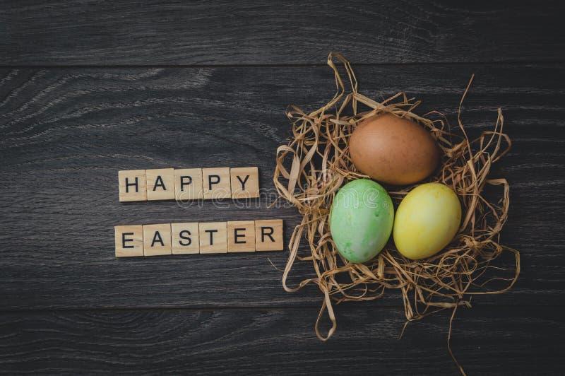 L'iscrizione Pasqua felice, fatta dei cubi di legno leggeri e 3 immagini stock