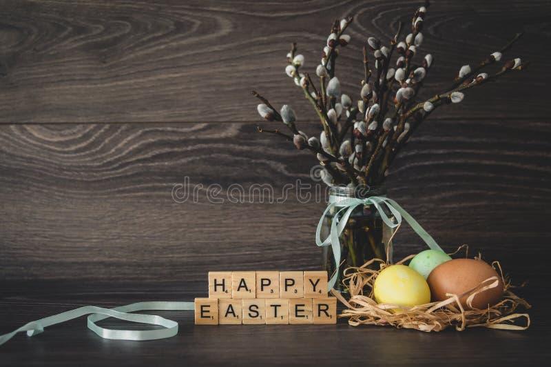 L'iscrizione Pasqua felice, fatta dei cubi di legno leggeri, pittura immagine stock