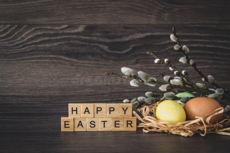 L'iscrizione Pasqua felice, fatta dei cubi di legno leggeri, pittura fotografia stock