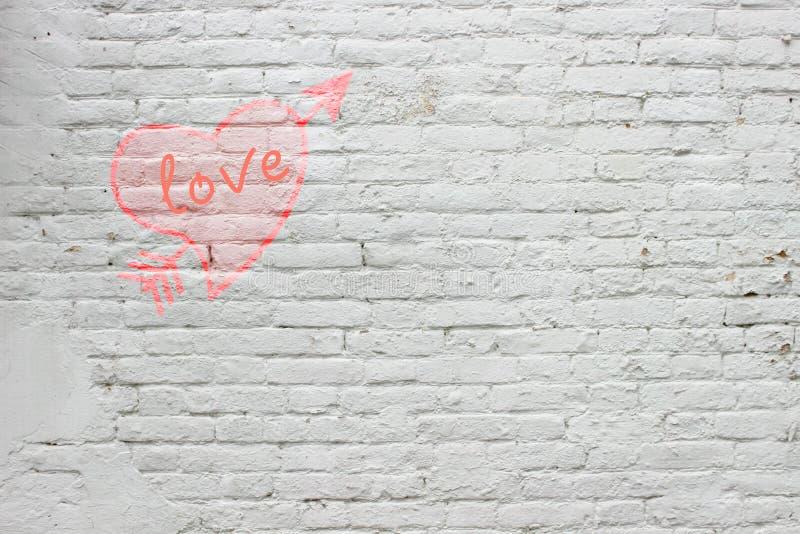L'iscrizione sul muro di mattoni bianco fotografia stock