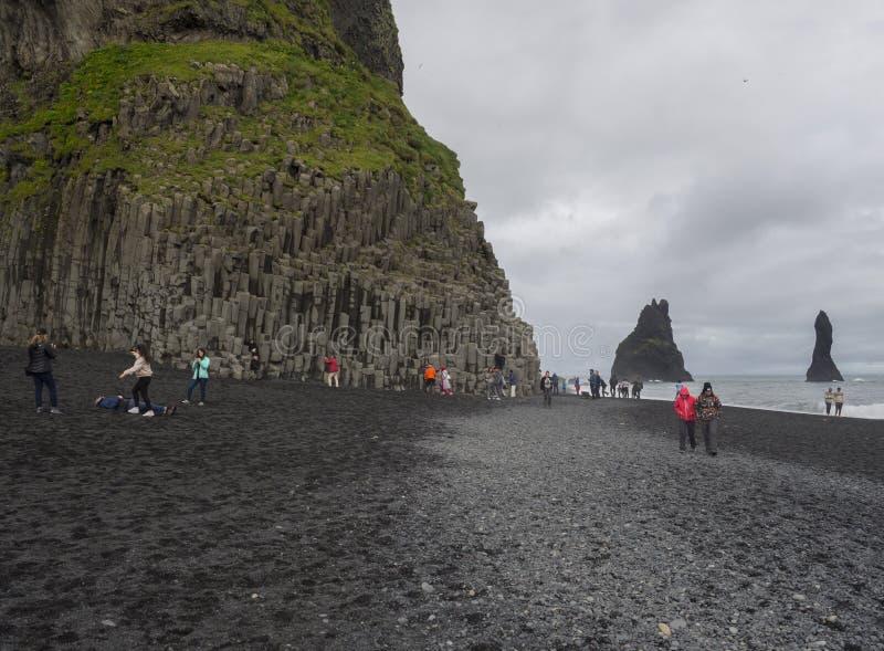 L'Islanda del sud, Vik i Myrdal, il 4 luglio 2018: Gruppo di immagini takeing vestite variopinte della gente turistica e di diver fotografie stock libere da diritti