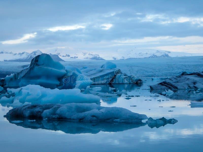 L'Islanda - laguna del ghiacciaio con gli iceberg di spostamento ed il ghiacciaio stesso nella parte posteriore fotografie stock libere da diritti