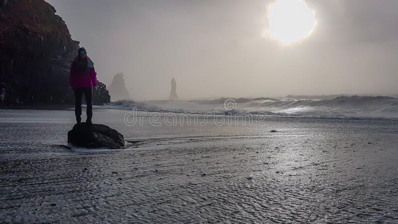 L'Islanda - ragazza che ? lavata da un'onda immagine stock libera da diritti