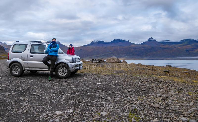 L'Islanda - una coppia che si appoggia un'automobile fotografie stock
