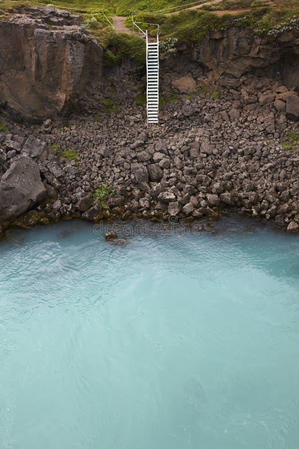 L'Islanda. Waterhole vicino alla cascata di Godafoss. Acqua del ghiacciaio. immagini stock