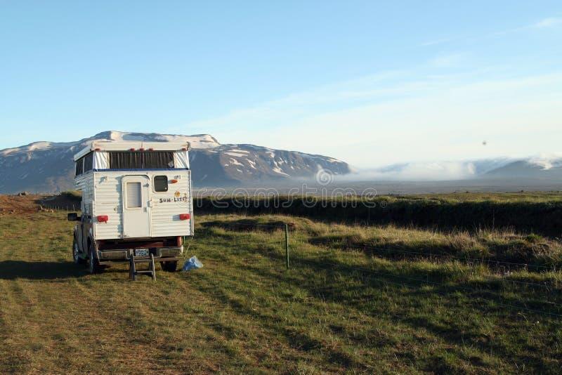 L'ISLANDE - 28 JUILLET 2008 : campeur de 4 roues dans nulle part de l'Islande photos stock