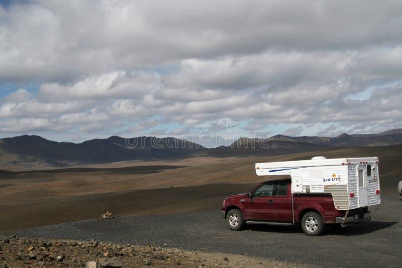 L'ISLANDE - 28 JUILLET 2008 : Camping-car d'isolement de 4 roues au milieu de nulle part image stock