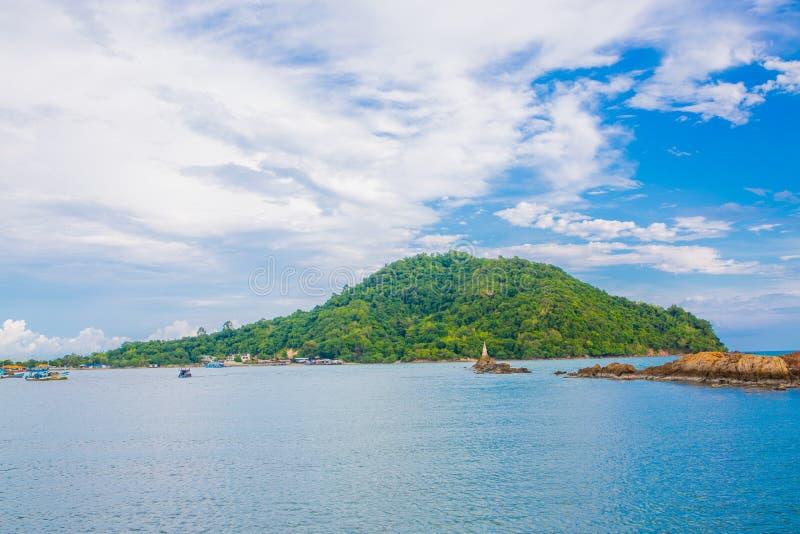 Download L'isola Del Mare è Un Bello Piccolo Porto Di Pesca Kungkraben Fotografia Stock - Immagine di thailand, scogliera: 55357768