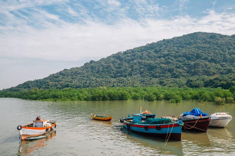 L'isola di Elephanta e vecchie imbarcazioni da pesca a Mumbai, India immagini stock libere da diritti