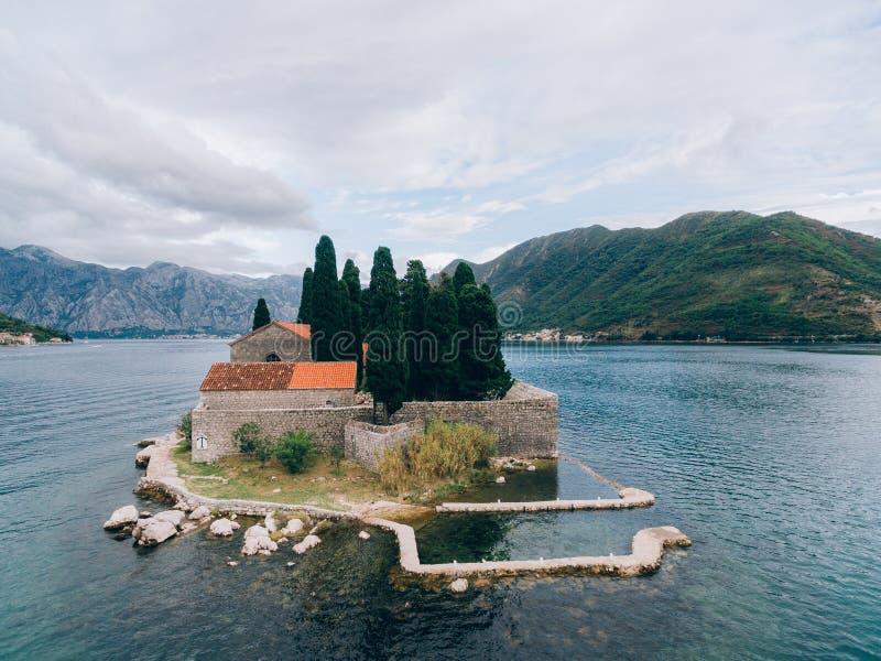 L'isola di Gospa od Skrpjela, baia di Cattaro, Montenegro S aerea fotografia stock