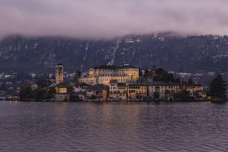 L'isola di San Giulio sul lago Orta davanti a Orta San Giulio immagine stock