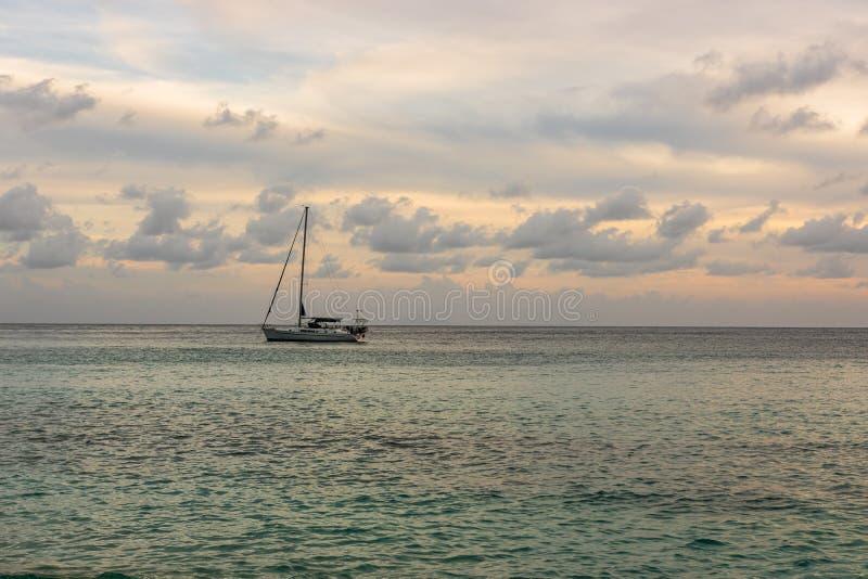 L'isola di St Bart dell'isola della st Barth, i Caraibi Barca a vela con un bello cielo nel fondo nella baia della st Barth immagini stock