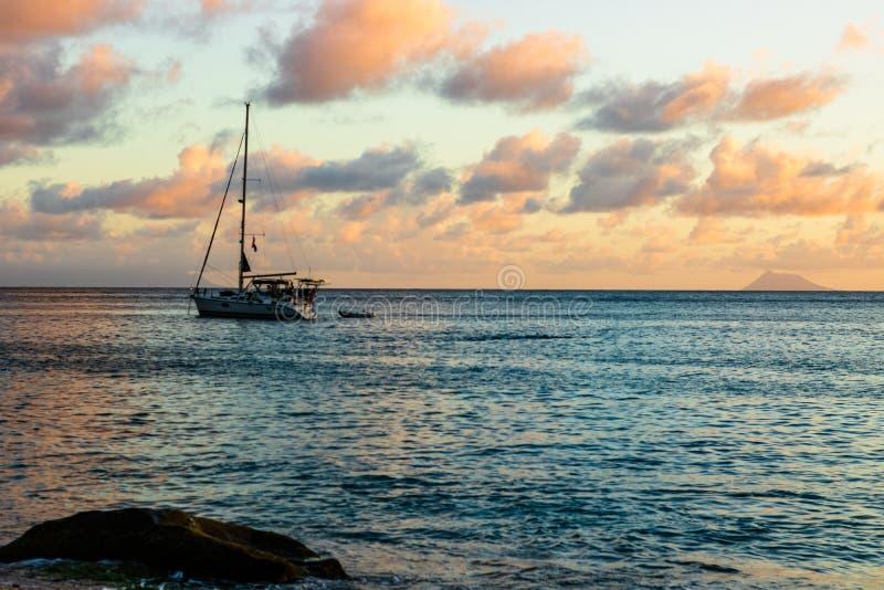 L'isola di St Bart dell'isola della st Barth, i Caraibi Barca a vela con un bello cielo nel fondo nella baia della st Barth immagini stock libere da diritti
