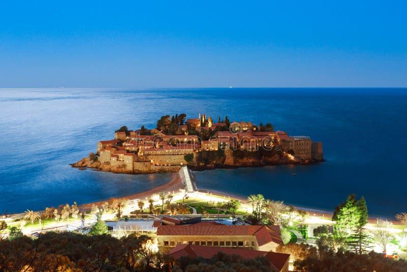 L'isola di Sveti Stefan alla notte Il Se del Montenegro, l'Adriatico immagini stock