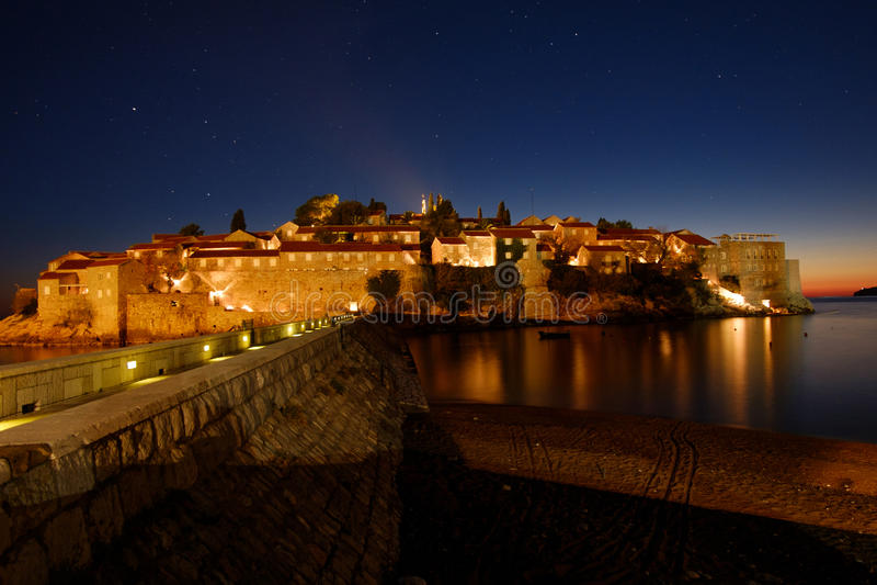 L'isola di vacanze Montenegro di Sveti Stefan alla notte fotografia stock libera da diritti