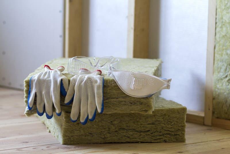 L'isolamento della vetroresina e della lana di roccia fornisce il materiale di personale per barr freddo fotografia stock libera da diritti