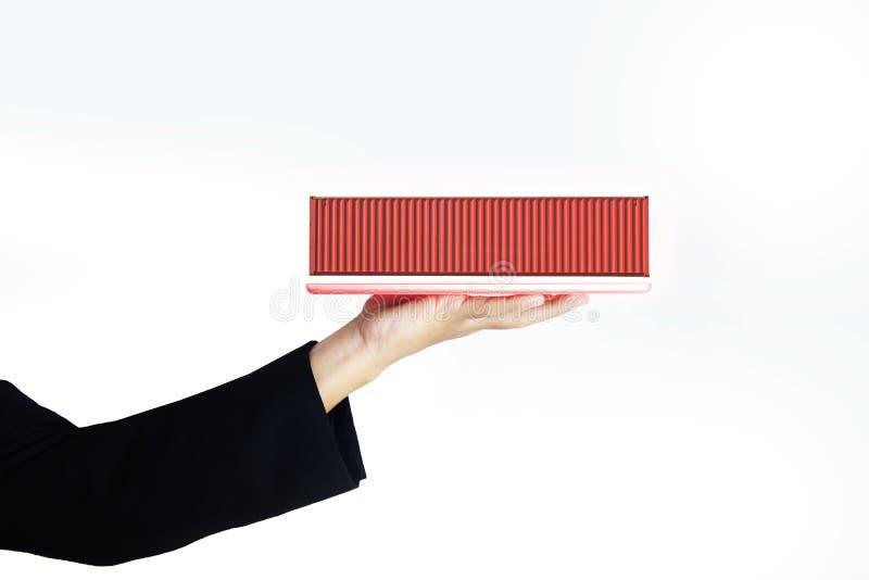 L'isolato della mano della donna di affari sta prendendo la compressa e sta mettendo il container 40' alto cubo immagine stock