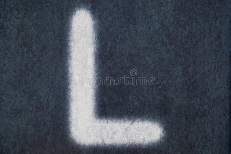 L isolerad kritabokstav i svart tavlabakgrund arkivfoton
