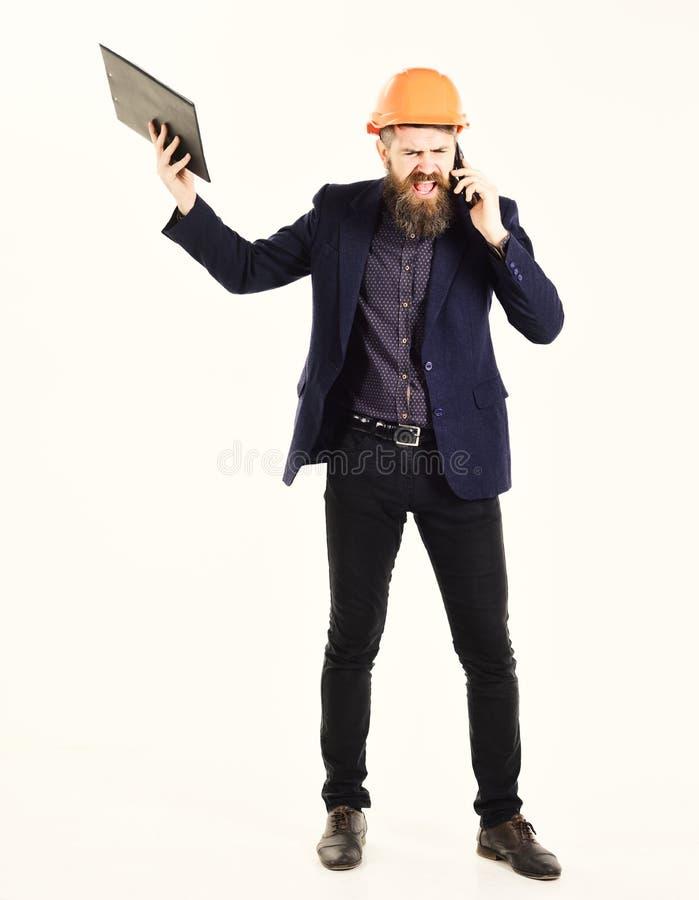 L'ispettore arrabbiato tiene il business plan e grida mentre parla sul telefono Concetto arrabbiato dell'ispettore fotografia stock libera da diritti