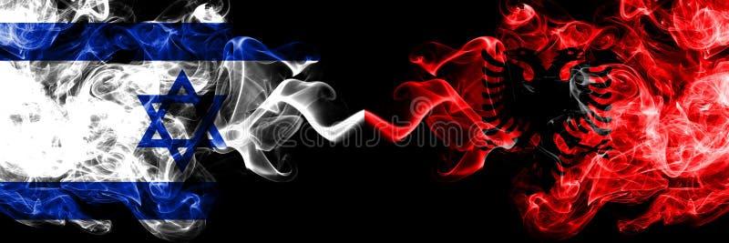 L'Israël contre l'Albanie, drapeaux mystiques fumeux albanais placés côte à côte Épais coloré soyeux fume le drapeau de l'Israël  illustration libre de droits