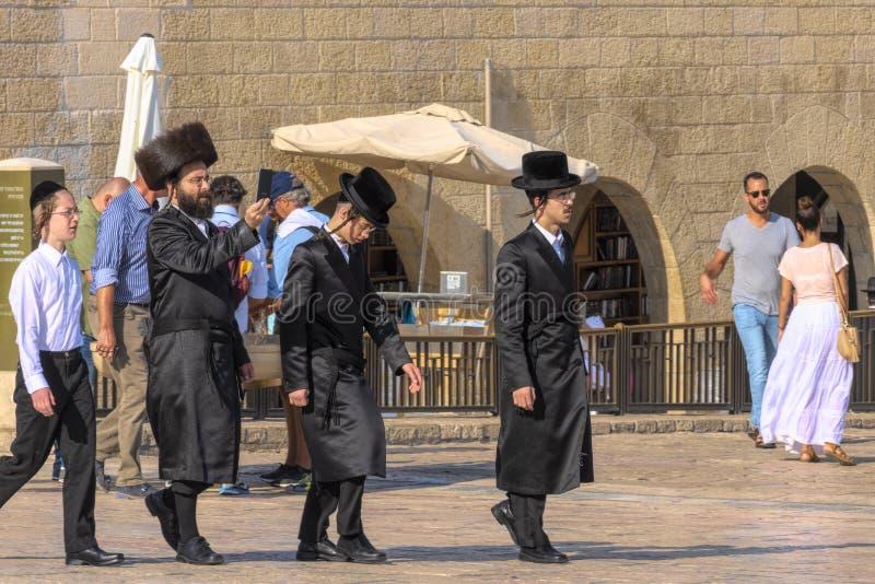 L'Israël, Jérusalem, lament-mur le 15 septembre 2017 trois hommes juifs orthodoxes marchent parmi les touristes, en raison du wai photo stock