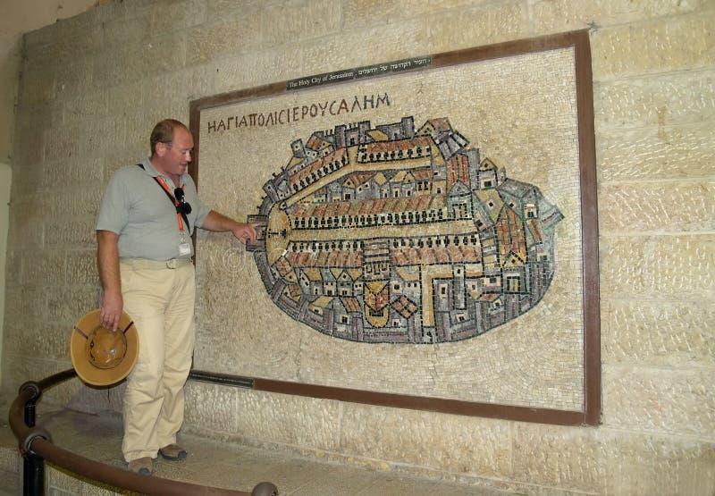l'Israël Jérusalem Le guide montre la carte de mosaïque bizantine antique de Jérusalem antique photographie stock libre de droits