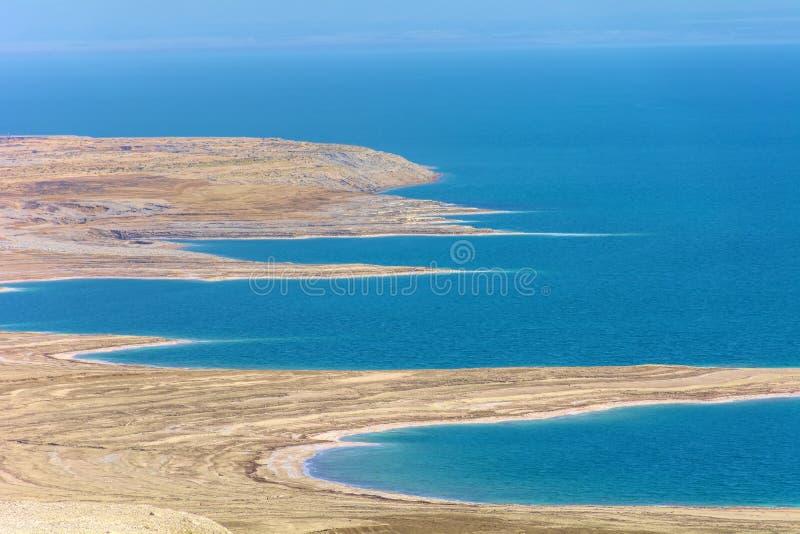 L'Israël, mer morte a photographié d'un point de vue élevé, avec vue sur les collines erratiques de la plage de la mer morte, dan image libre de droits