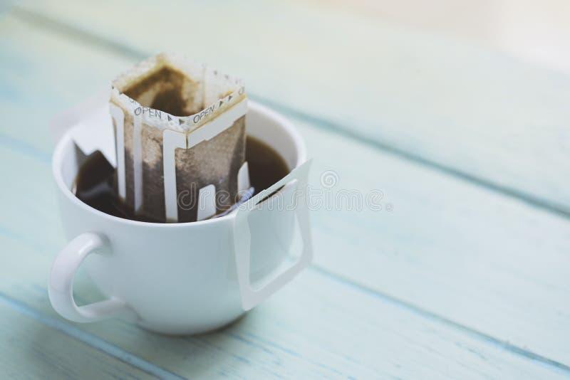 L'istante ha fatto di recente la tazza di caffè, caffè fresco della borsa del gocciolamento fotografia stock libera da diritti