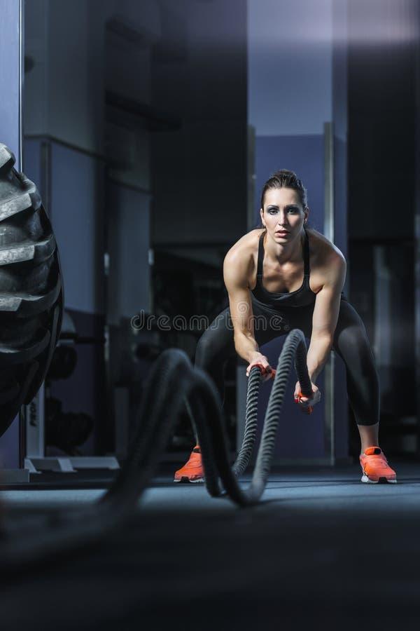 L'istruttore muscolare attraente potente di CrossFit combatte l'allenamento con le corde fotografie stock libere da diritti