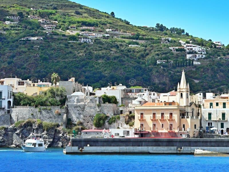 L'Italia, Calabria-vista della chiesa e della città Lipari fotografia stock