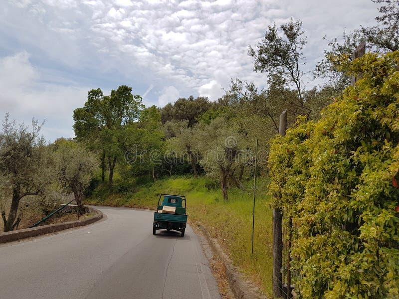 L'Italia del sud - sul paesaggio della strada fotografia stock libera da diritti