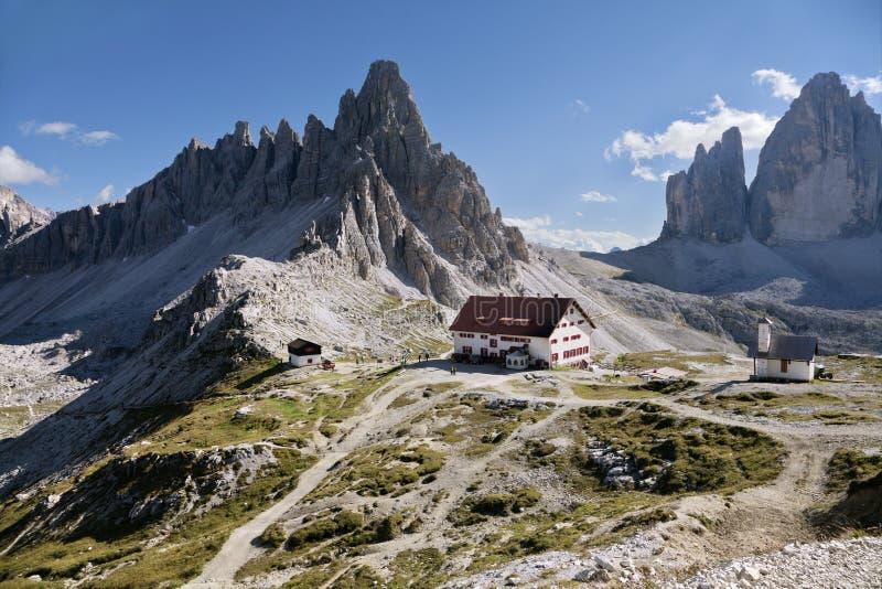 L'ITALIA, DOLOMIA - 22 settembre 2014 - rifugio in montagne delle dolomia fotografia stock