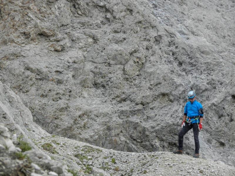 L'Italia dolomite La viandante sta stando su una roccia immagini stock