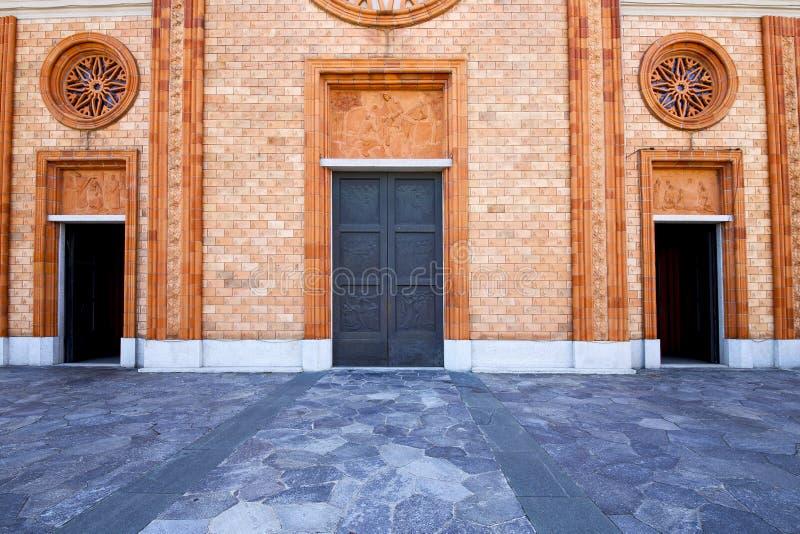 l'Italia Lombardia la torre chiusa del mattone della vecchia chiesa del vergiate fotografia stock libera da diritti