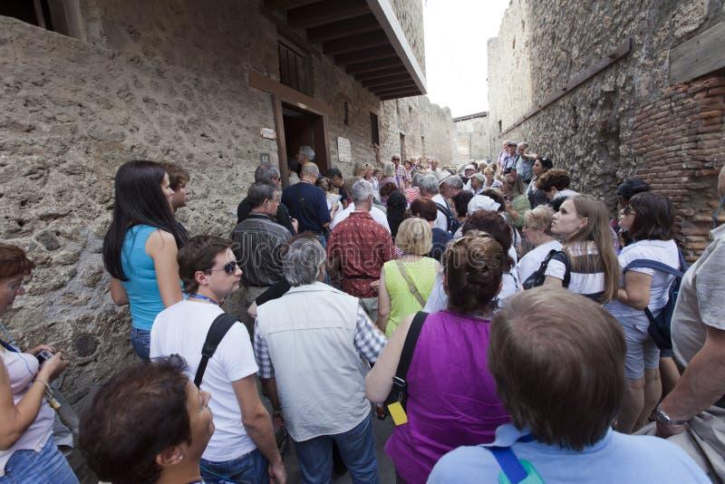 L'ITALIA, POMPEI 21 SETTEMBRE 2010: folle dei turisti nelle rovine di Pompei immagini stock libere da diritti