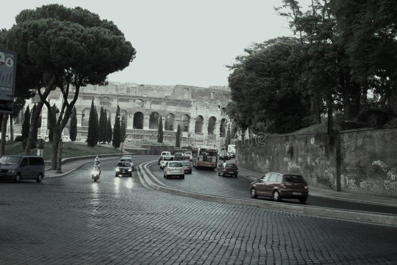 L'Italia, Roma, Colosseum, traffico fotografia stock libera da diritti